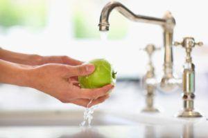 Тщательное мытье овощей и фруктов