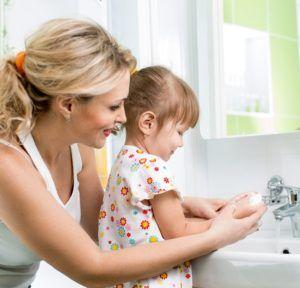 Приучать мыть руки детей с раннего возраста