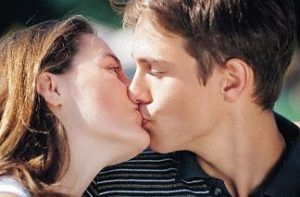 Партнер может заразиться через поцелуй, если имеет очаг вируса в ротовой полости