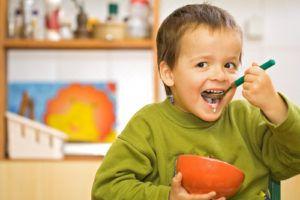 желательно есть побольше натуральных кисломолочных продуктов и каш