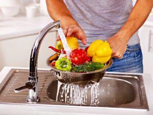 Овощи и фрукты на протяжении десяти – пятнадцати минут выдерживать в горячей воде