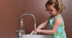Необходимо приучать ребенка мыть руки перед едой